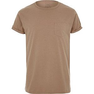 Camelkleurig T-shirt met opgerolde mouwen en zak