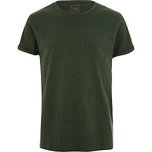 T-shirt vert foncé à manches retroussées et poche