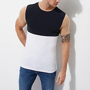 Wit met marineblauw aansluitend T-shirt met kleurvlakken