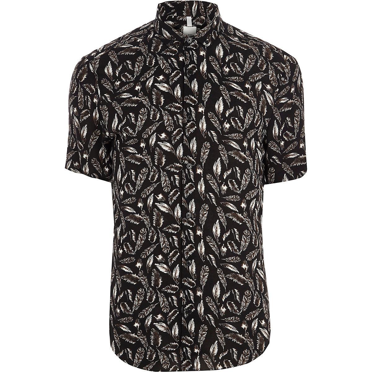 Chemise slim motif plume noire à manches courtes