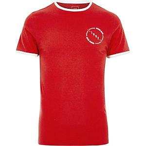 Rood aansluitend T-shirt met gestreepte bies en '1992'-print