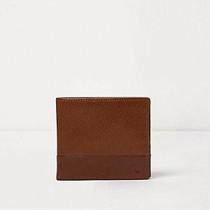 Bruine leren portefeuille met textuur en drukknoop