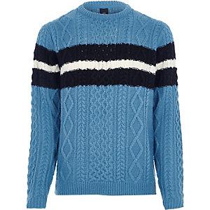 Blauwe gebreide gestreepte trui met kabelpatroon