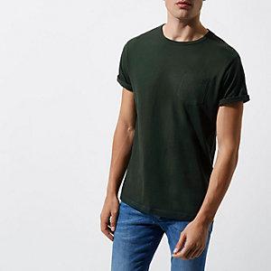 Donkergroen T-shirt met opgerolde mouwen en zak