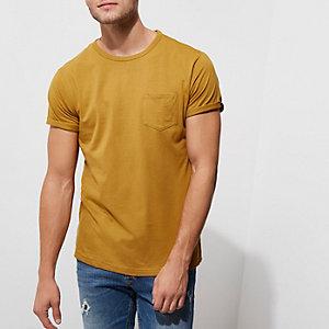 Donkergeel T-shirt met zakje en omgeslagen mouwen