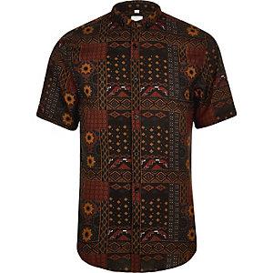 Chemise slim imprimé aztèque rouge à manches courtes et col à revers