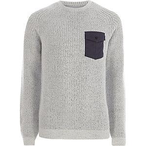 Pull en maille gris clair côtelé avec poche contrastante