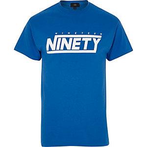 T-shirt bleu à col ras-du-cou et imprimé «nineteen ninety»