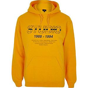Gele hoodie met 'studio'-print
