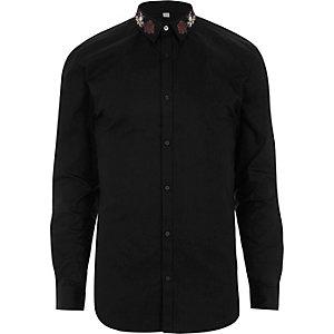 Zwart aansluitend overhemd met geborduurde kraag