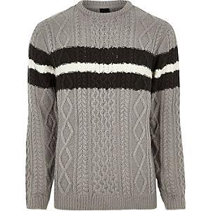 Grauer Pullover mit Zopfmuster und Streifen