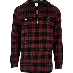 Chemise rouge à carreaux et capuche zippée sur le devant