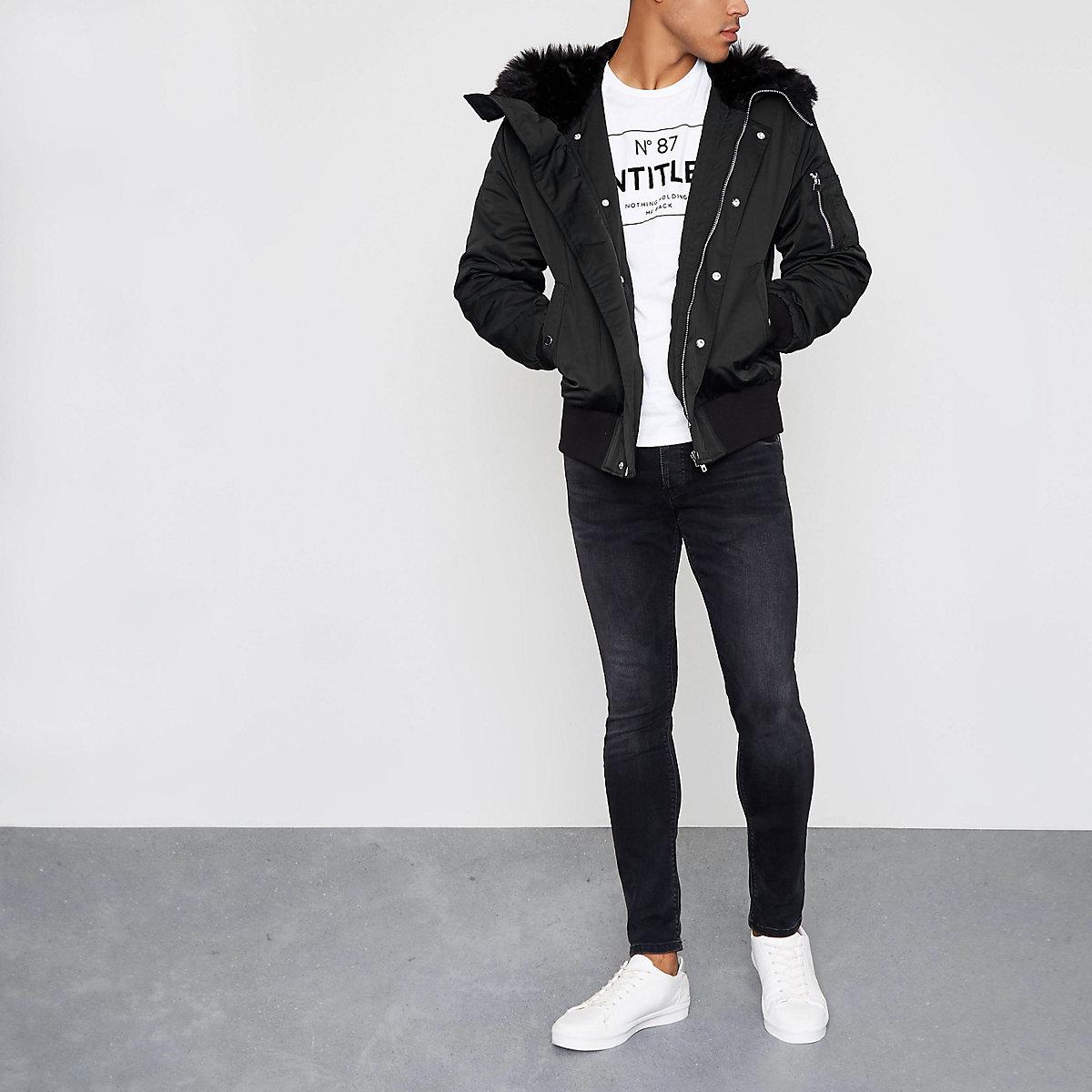 Veste noire à capuche et bordure en fausse fourrure