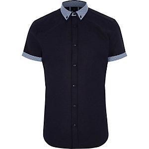 Marineblauw overhemd met korte mouwen en stippen op de kraag