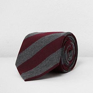 Rote, gestreifte Krawatte