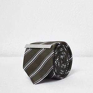 Cravate rayée verte avec épingle