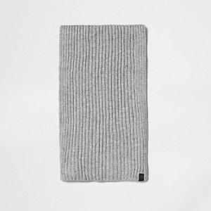 Écharpe en maille côtelée gris clair