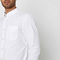Chemise Oxford blanche à manches longues et col boutonné