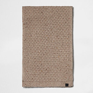Kiezelkleurige gebreide sjaal met textuur