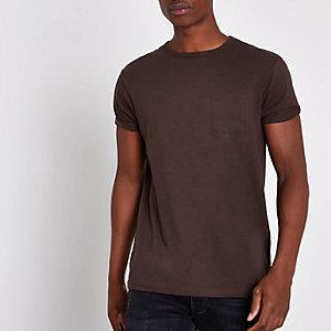 Donkerbruin T-shirt met korte mouwen en borstzakje