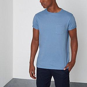 T-shirt bleu pâle à poche et manches retroussées