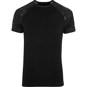 T-shirt ajusté à fleurs noir avec manches raglan