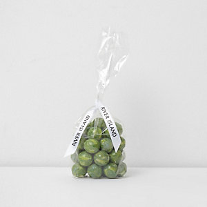 Groene chocoladeballen in spruitjesvorm