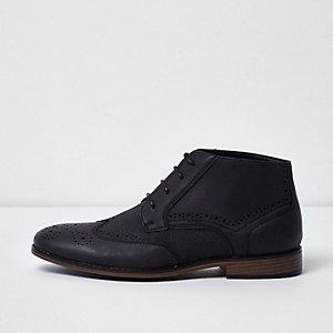 Schwarze Brogue-Stiefel mit Struktur