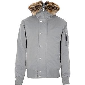 Veste gris clair à capuche et bordure en fausse fourrure