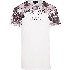 Witte gebloemd T-shirt met 'Carpe Noctem'-print