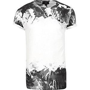 Wit T-shirt met zwart-witte camouflageprint en kleurverloop