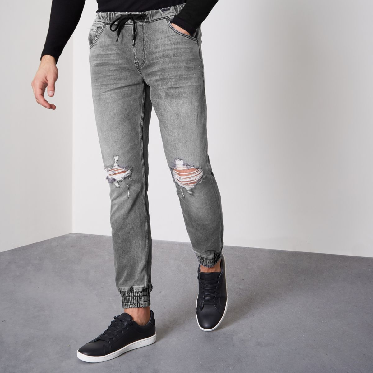 Cargo or moto jogger pants in a twill fabric lend a dressier feel to casual outfits. Pair these men's joggers with a crisp button-down and leather jacket for Casual Fridays or date nights. Complete this look with oxfords or loafers for a refined finish.