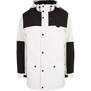 Wit met zwarte jas met kleurvlakken en capuchon