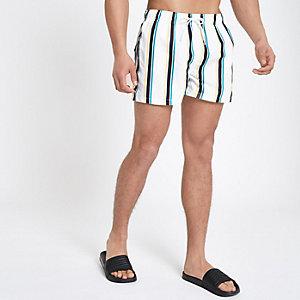 Weiße, kurze Badeshorts mit Streifen