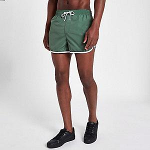 Short de bain sport vert à rayures latérales coupe courte