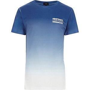 Blauw T-shirt met kleurverloop en 'abstract'-print op de borst