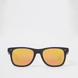 Zwarte retro zonnebril met vierkante rode glazen