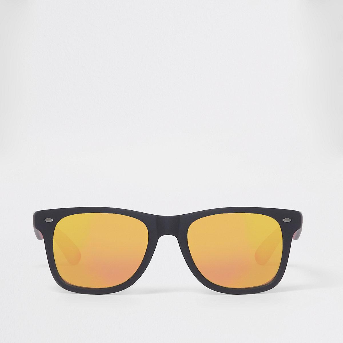 Zwarte rubberen retro zonnebril met rode spiegelglazen