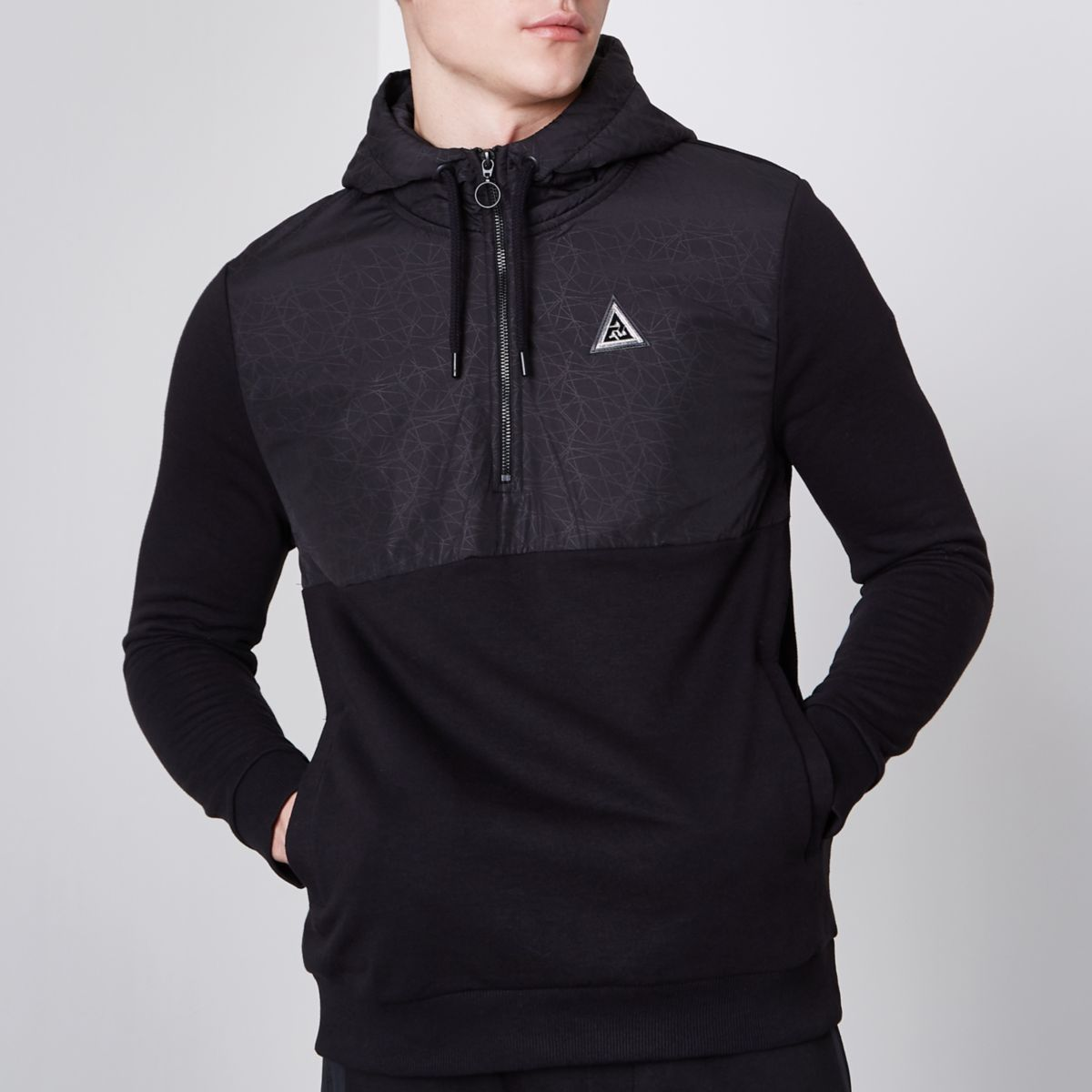 Zwarte hybride hoodie met kleurvlakken en geometrische print