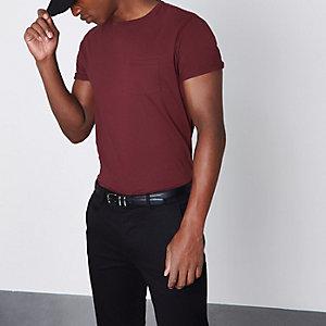 T-Shirt in Bordeaux mit Rundhalsausschnitt und Tasche