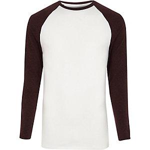 T-shirt blanc et rouge foncé à manches longues raglan