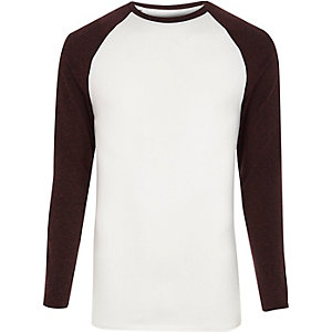 Witte en donkerrood T-shirt met lange raglanmouwen