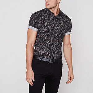 Chemise noire motif cachemire ajustée à manches courtes