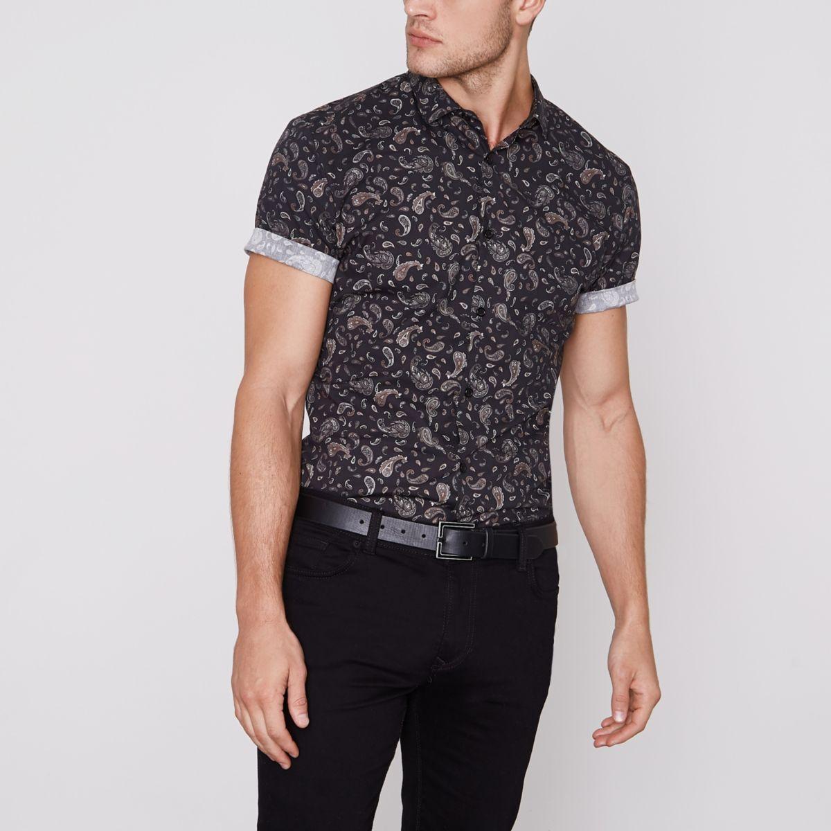 Zwart aansluitend overhemd met korte mouwen en paisleyprint