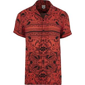 Rood overhemd met bandanaprint, korte mouwen en reverskraag