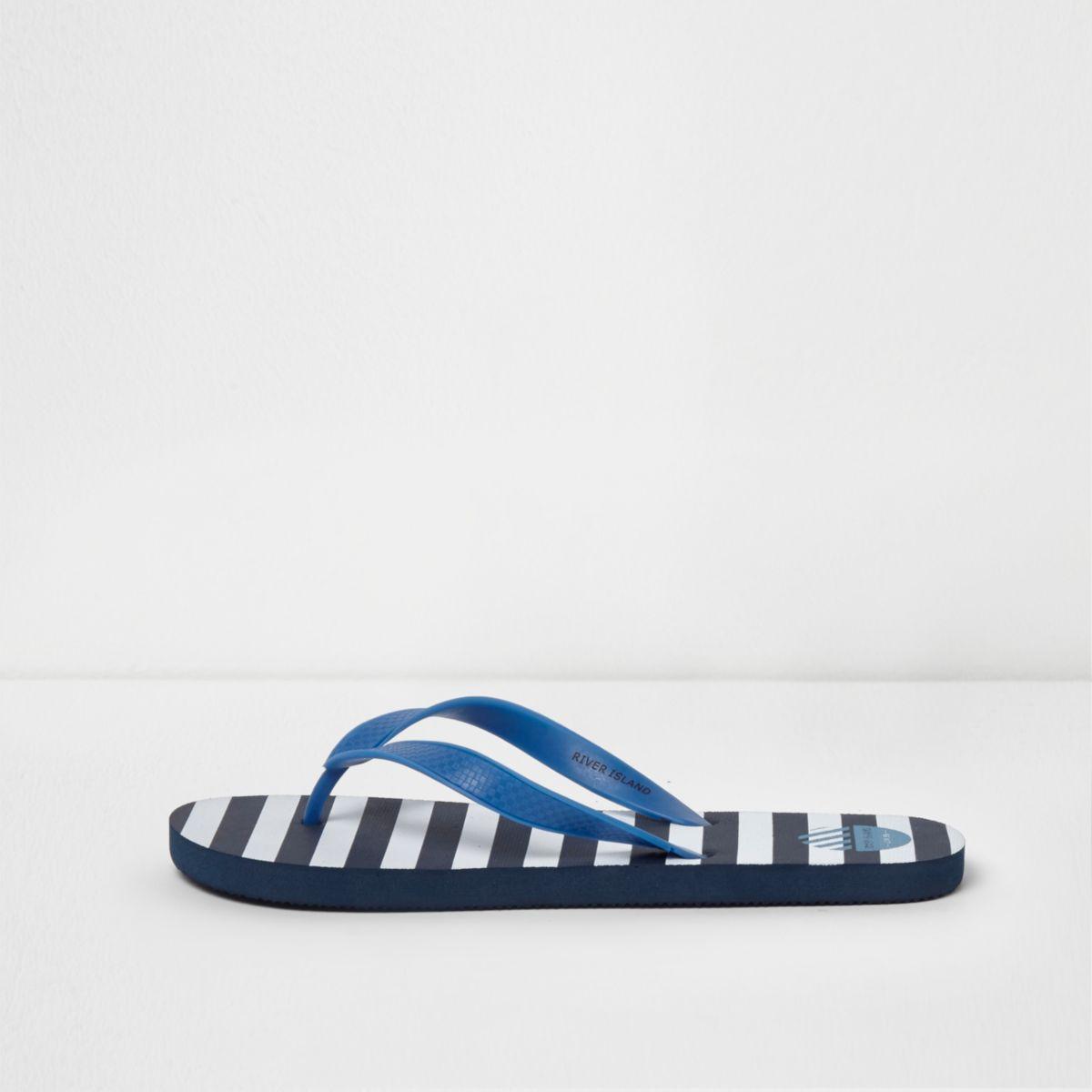 Blaue, gestreifte Flip-Flops