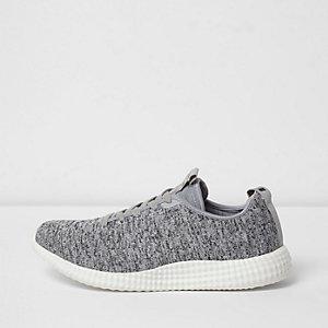 Graue Sneaker zum Schnüren