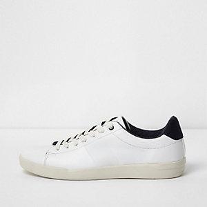 Weiße, perforierte Sneaker zum Schnüren