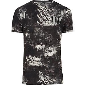 Zwart aansluitend 'NYC' T-shirt met zwart-witte vlekkenprint