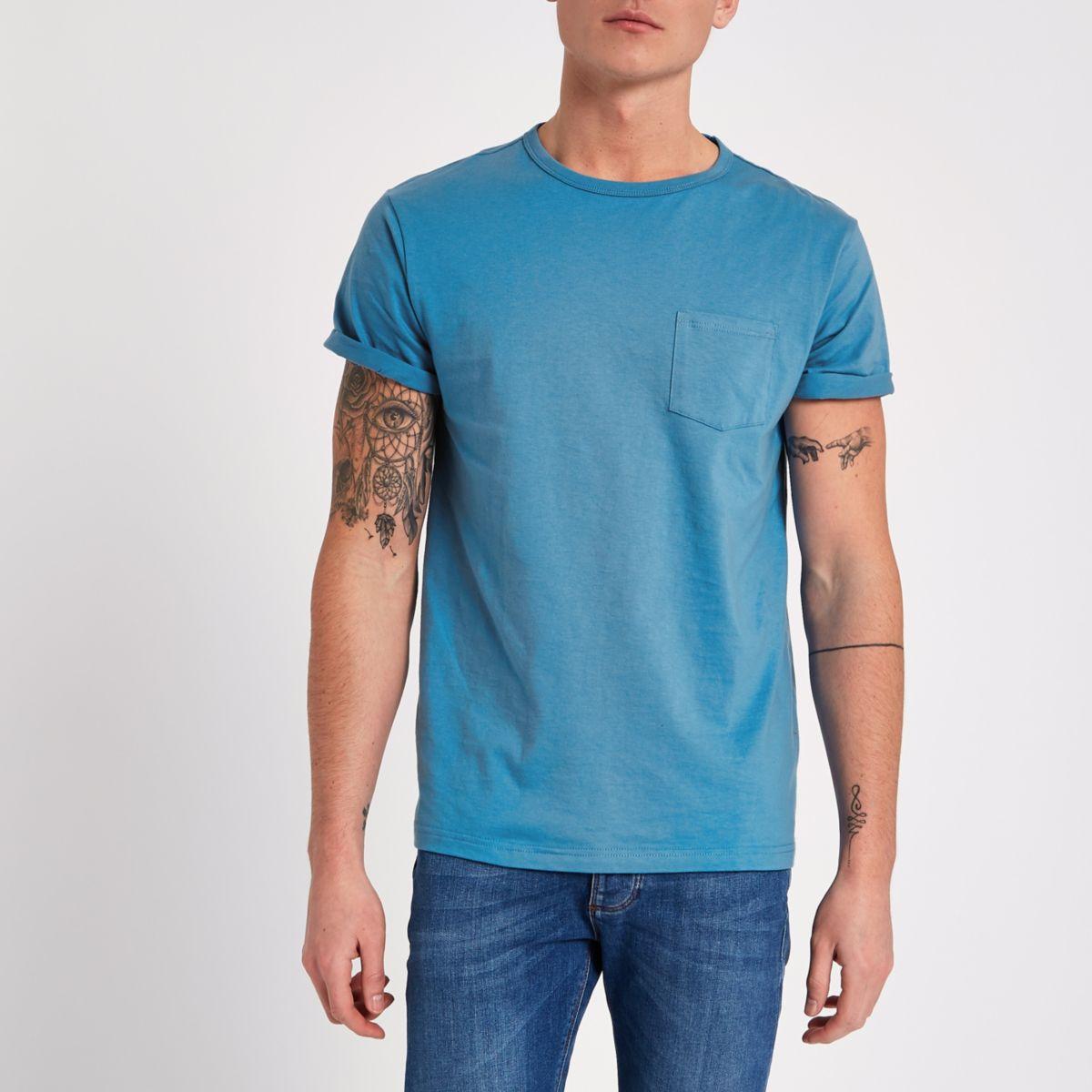 Lichtblauw T-shirt met opgerolde mouwen en zak